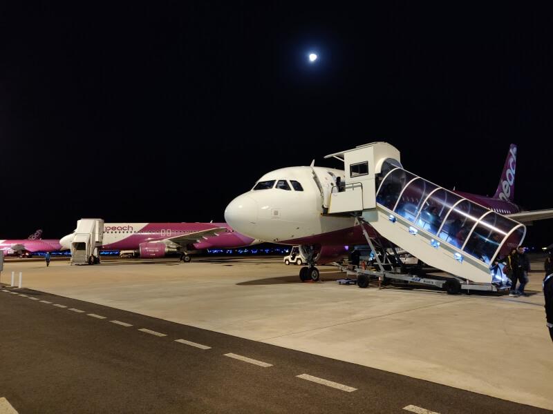 香港から関西空港に早朝到着する「Peach MM68便」